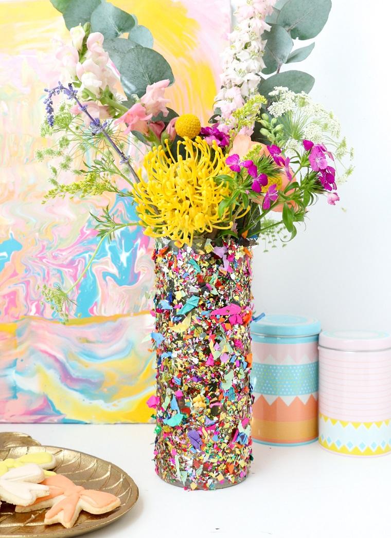 Idee festa della mamma, vaso decorato con confetti, vaso di fiori colorati