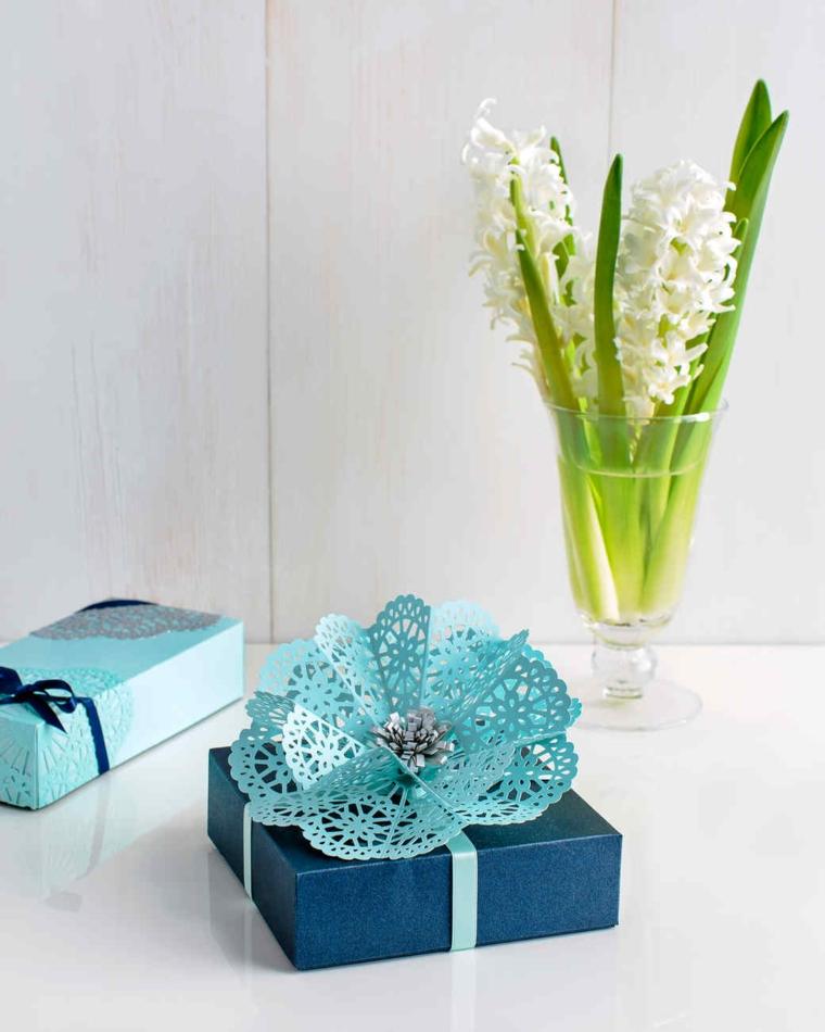 Pacco regalo con origami, bicchiere con fiori freschi
