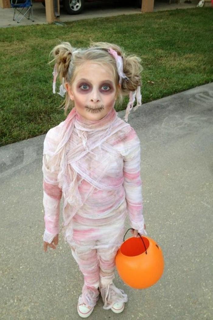 Bambina travestita per Halloween, costumi halloween fai da te da zombi