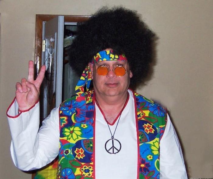 Uomo travestito per Halloween, capelli ricci di colore nero