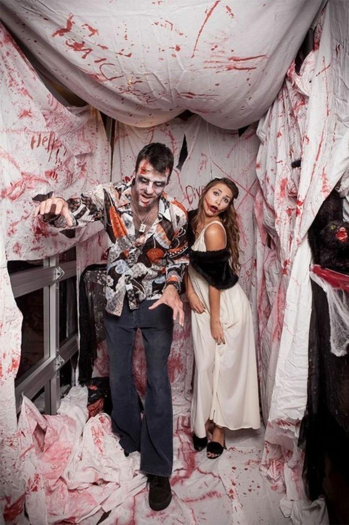 Costumi facili per halloween, uomo e donna zombi, lenzuola bianche sporche di sangue