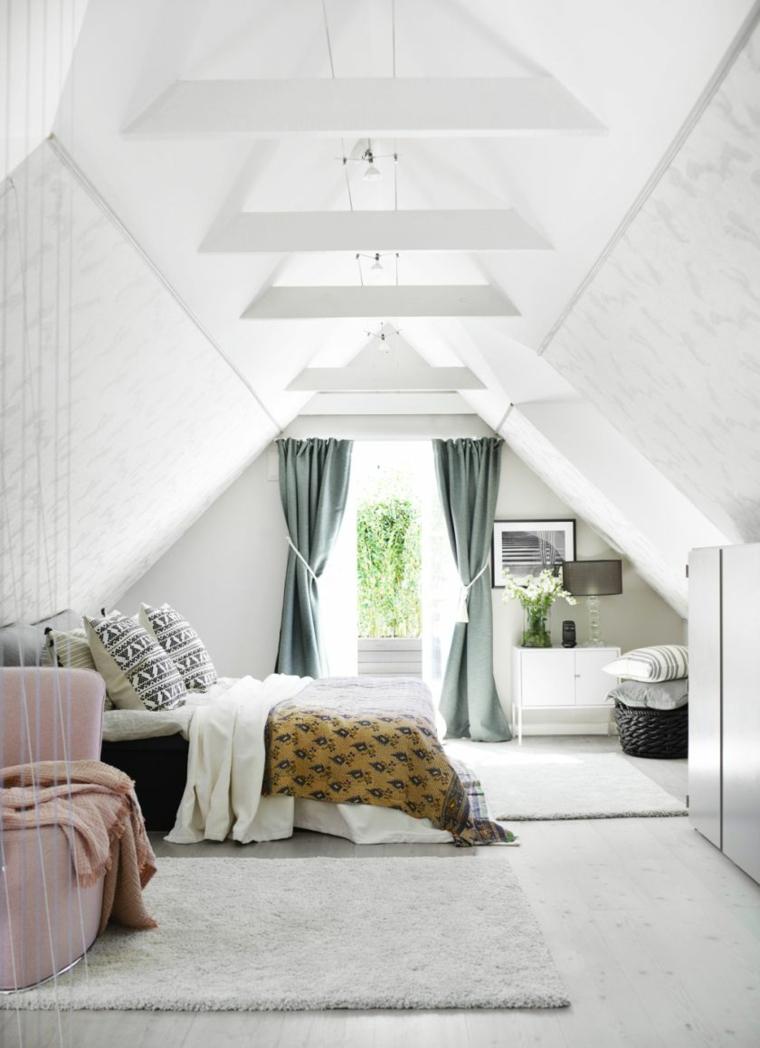 Camera da letto con pareti bianche, tende di colore grigio, sottotetto con zona notte