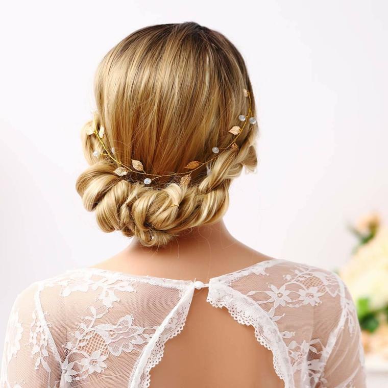 Acconciature capelli raccolti per cerimonia, capelli biondi, cerchietto con fiori