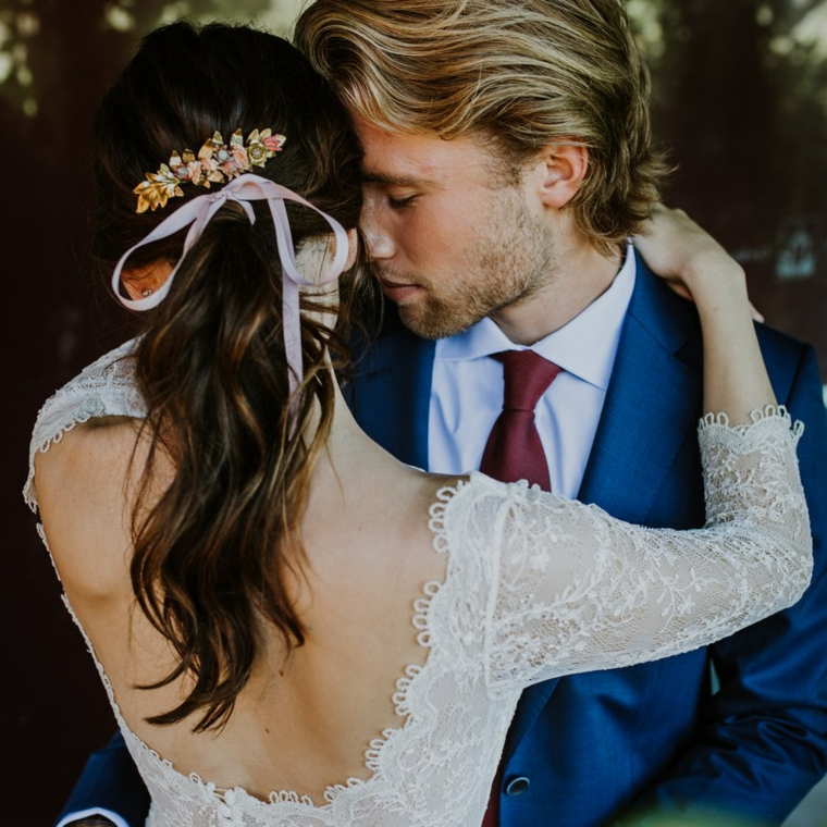 Pettinature per cerimonia, capelli legati con nastro, uomo e donna sposi
