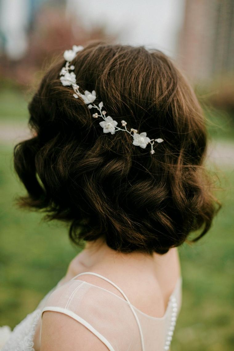 Acconciature sposa raccolti, capelli corti ricci, cerchietto con fiori