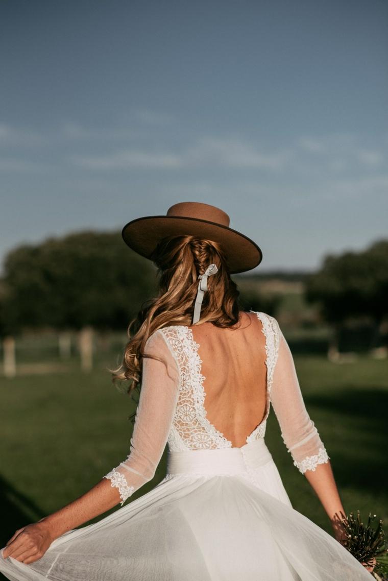 Acconciature morbide, capelli biondi, abito da sposa con tulle