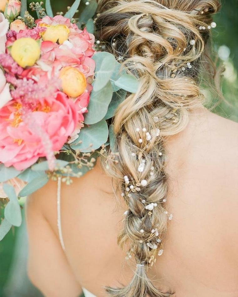 Pettinature per cerimonia, capelli lunghi biondi, treccia con gioielli capelli