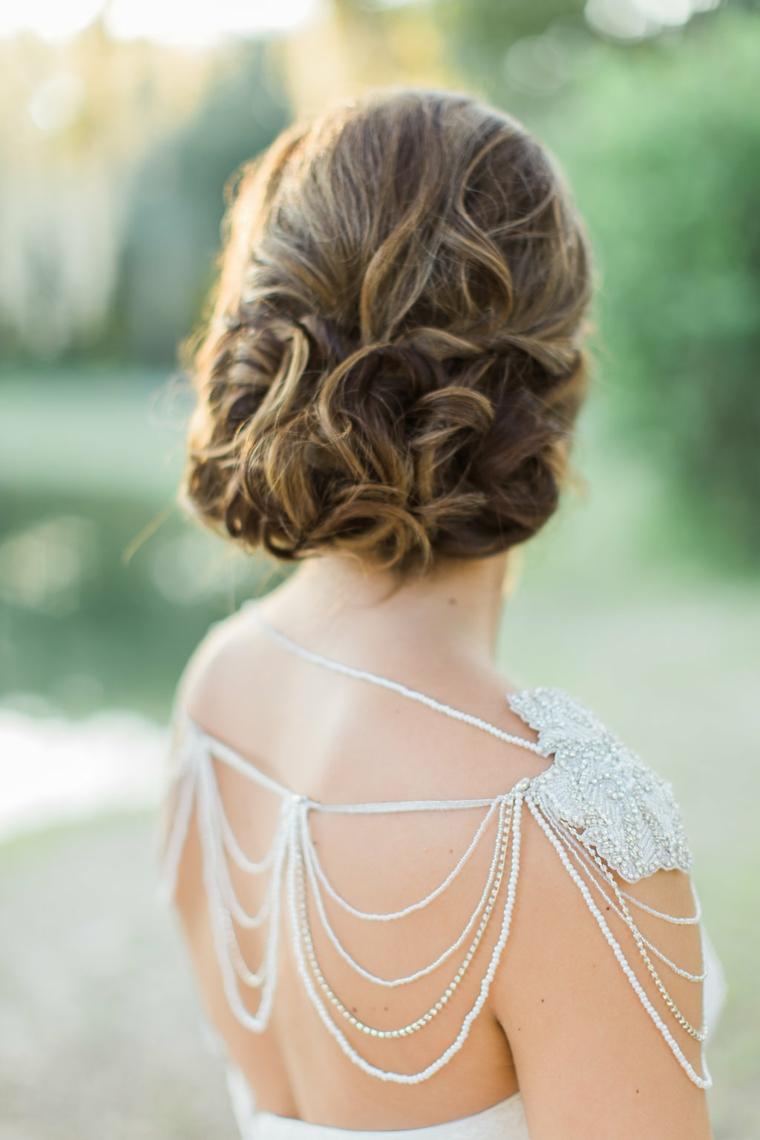 Pettinature semiraccolte per cerimonia, capelli castani, abito da sposa con perle
