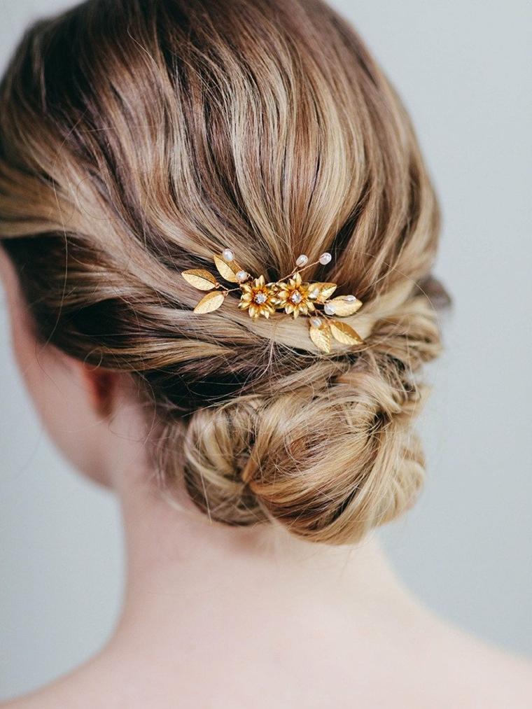 Acconciature capelli lunghi raccolti, fermaglio per capelli, donna con capelli biondi
