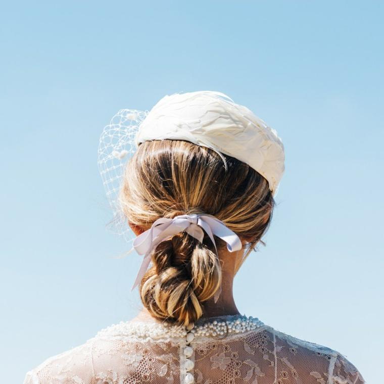 Capelli biondi legati, cappellino con velo, acconciature capelli lunghi raccolti