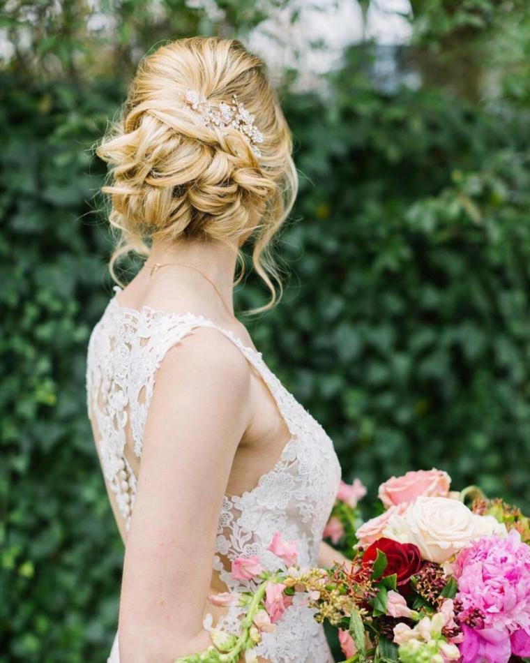 Pettinature semiraccolte per cerimonie, capelli lunghi ricci, bouquet da sposa