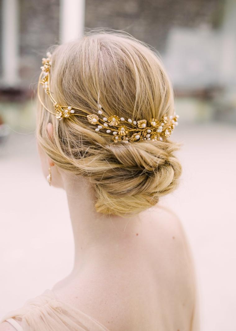 Acconciature capelli raccolti, cerchietto oro da sposa, capelli biondi