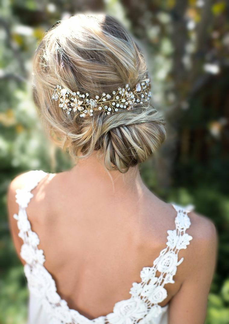 Pettinature sposa, capelli biondi legati, fermaglio floreale da sposa