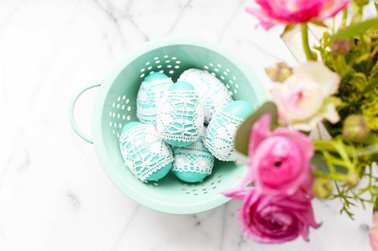 Lavoretti di Pasqua fai da te, uova dipinte di blu, decorare uovo con pizzo