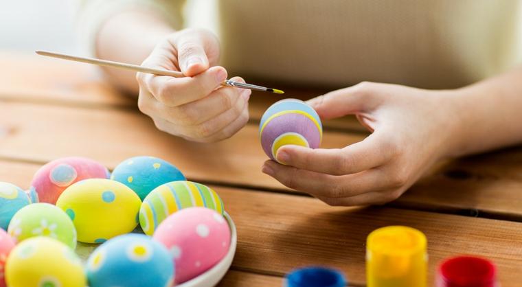 Donna che dipinge, uova dipinte, decorazioni pasquali fai da te