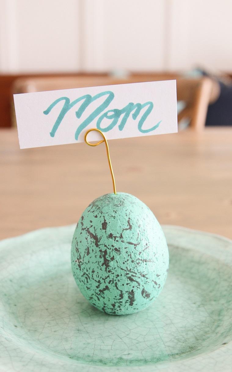 Segnaposto pasquali, uovo di colore blu, scritta con pennarello