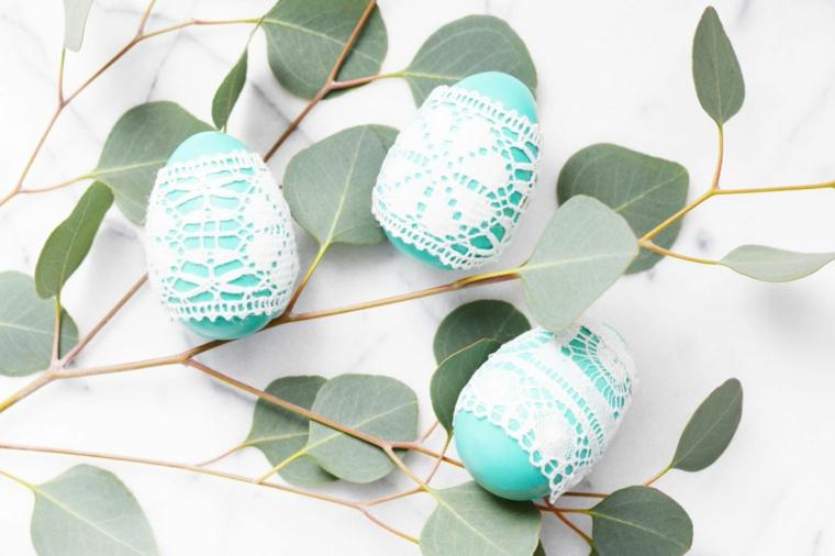 Lavoretti pasquali per bambini, uovo di colore blu, decorazioni con pizzo
