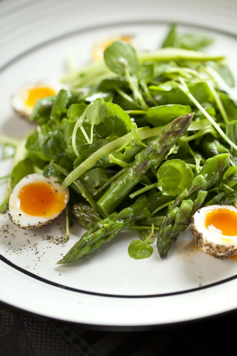 Insalata con asparagi, ricette con uova di pasqua avanzate