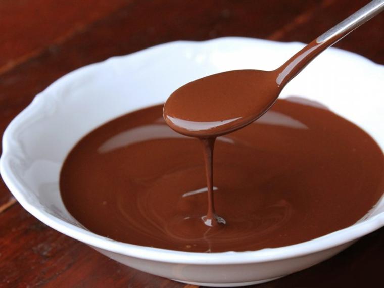 Ciotola con cioccolato, cioccolato sciolto, riciclo ovetti di pasqua
