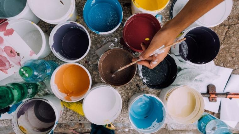 Dipingere con le mani, barattoli di latta, barattoli con vernice, disegni con pennelli