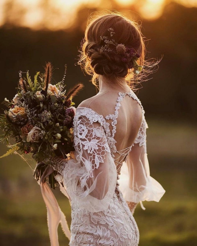 Pettinature sposa, donna con bouquet, abito da sposa bianco