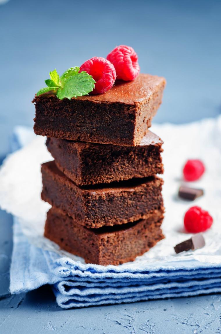 Torta con cioccolato kinder, brownies con lamponi, torta a pezzi