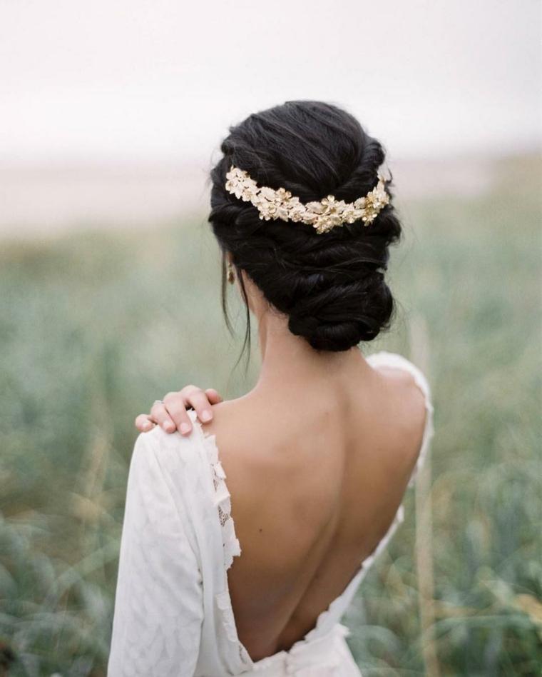 Acconciature capelli lunghi raccolti, chignon basso con treccia, accessorio per capelli