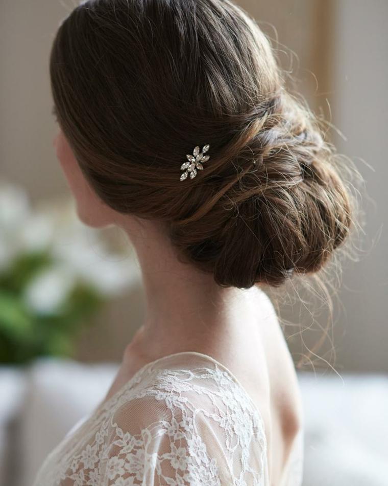 Acconciature capelli raccolti per cerimonia, chignon basso