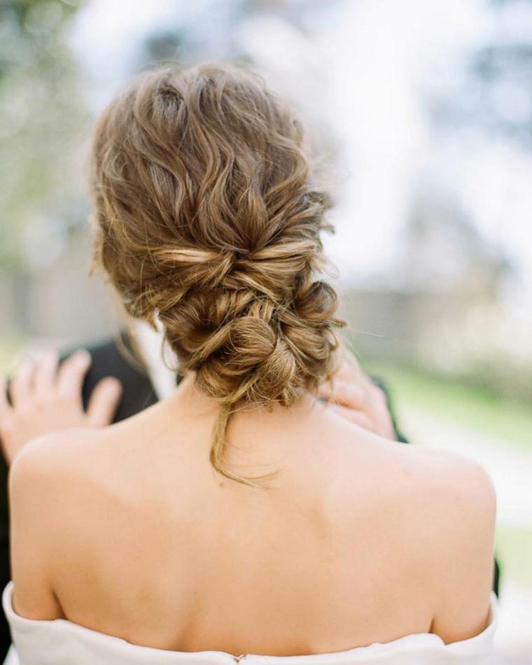 Acconciature sposa raccolti, donna con capelli ricci, capelli colore biondo