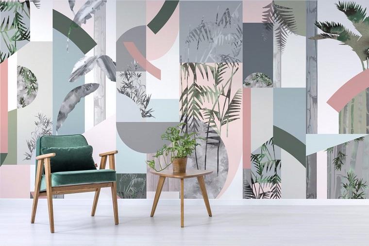 Soggiorno con poltrona, parete con carta da parati, disegni botanici