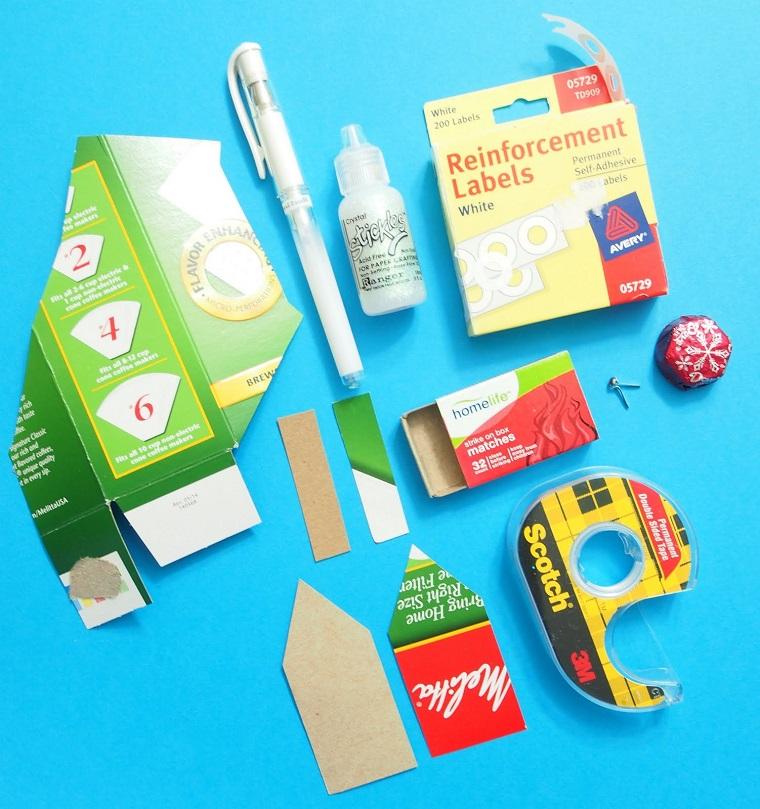 Materiali di carta, nastro adesivo, lavoretti di Natale fai da te facili