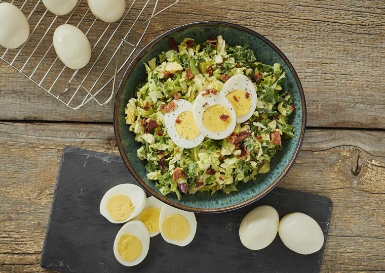 Insalata verde con uovo, ricette con uova di pasqua avanzate, uova sode