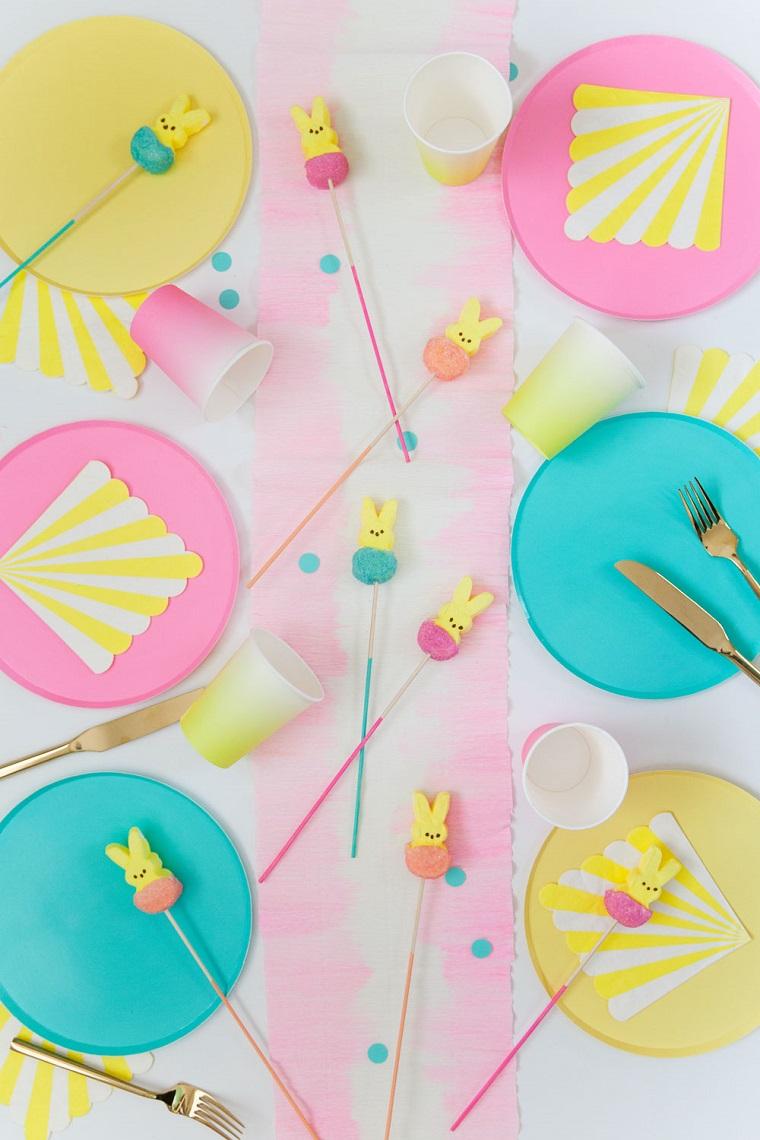 Bicchieri di plastica, segnaposto pasquali, bastoncini con coniglietti