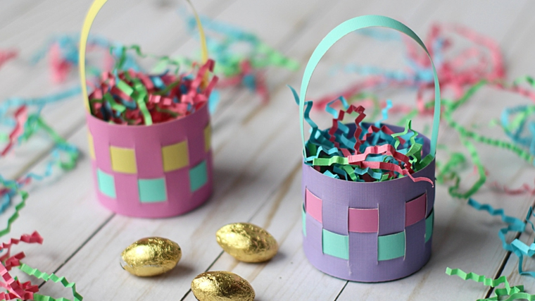 Cestini di carta colorata, lavoretti pasquali per bambini, uova di cioccolato