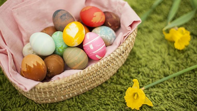 Cestino con uova dipinte, Lavoretti creativi pasqua, fiori con petali gialli