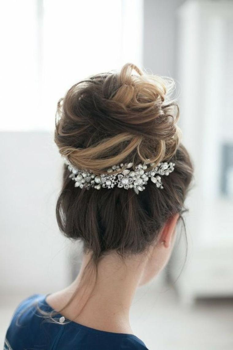 Chignon alto, accessori capelli sposa, capelli colore castano