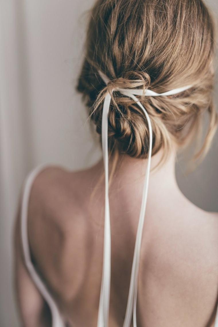 Acconciature capelli raccolti, capelli biondi, capelli legati con nastro