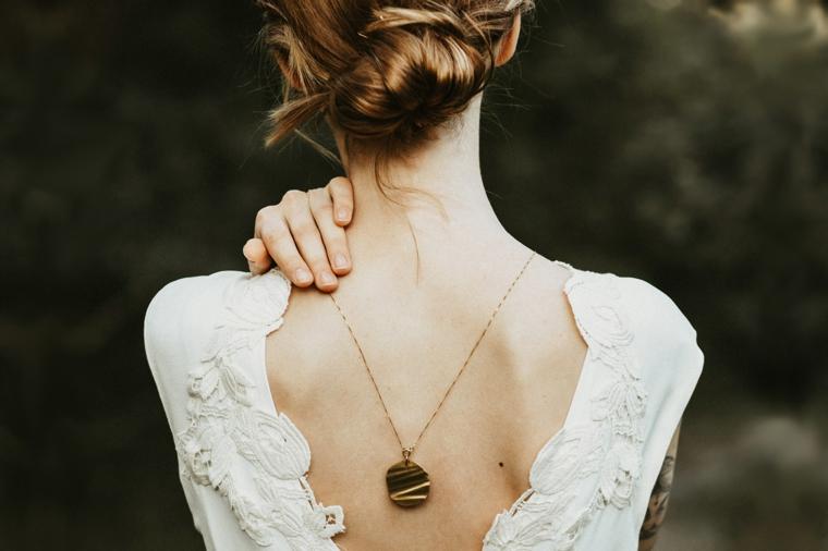 Acconciature capelli raccolti, abito bianco da sposa, capelli biondi legati