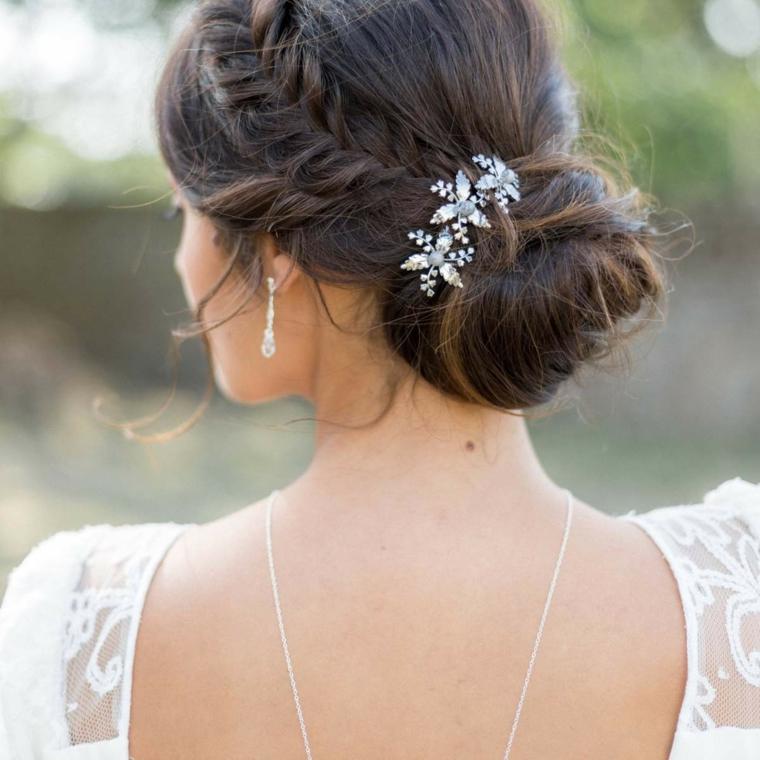 Acconciature sposa raccolti, capelli colore castano, forcina capelli con fiori