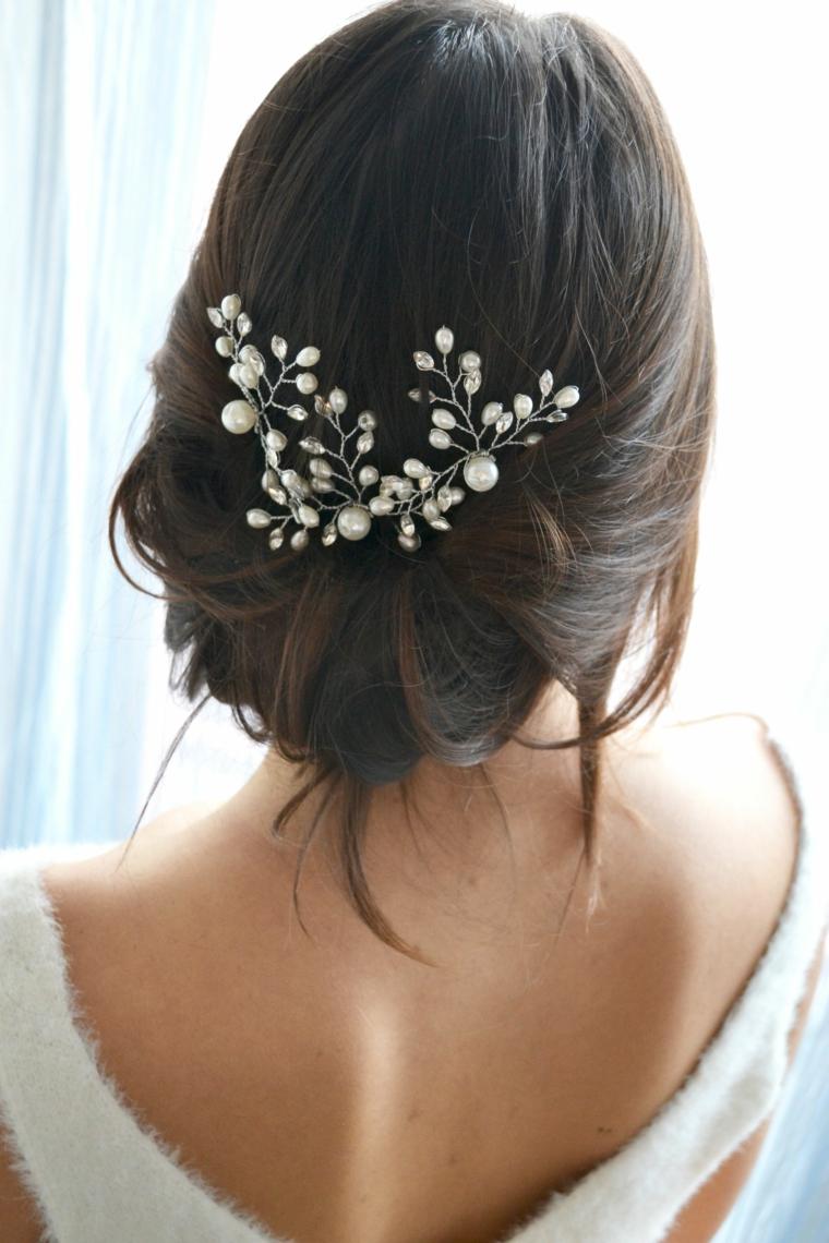 Capelli colore castano, forcina con perle, capelli legati mossi