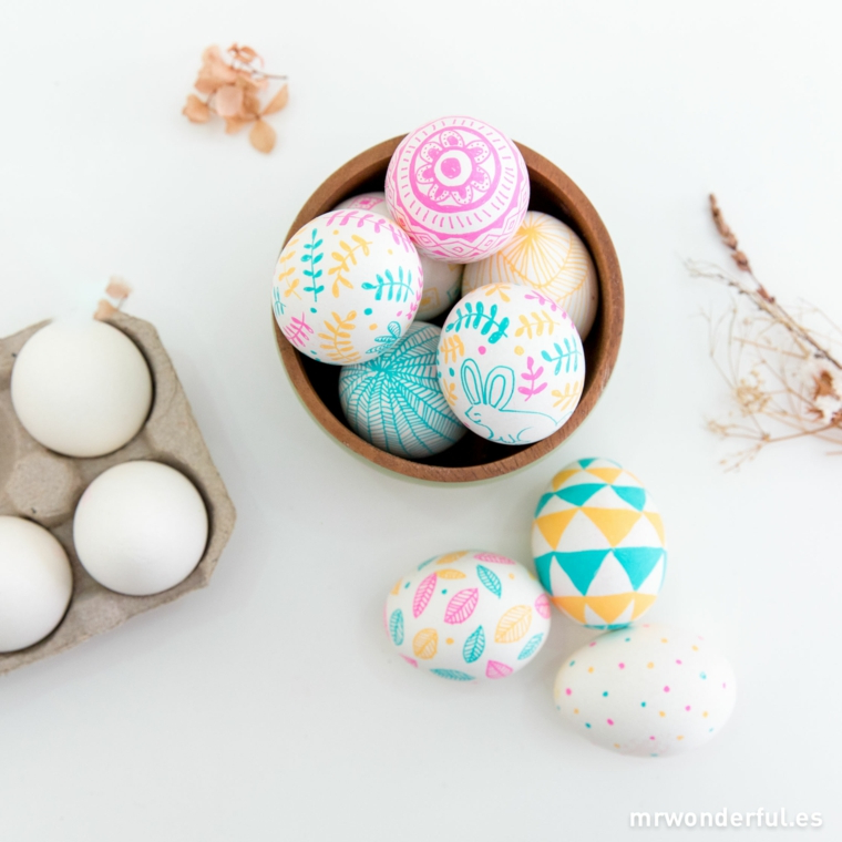 Uova sode dipinte, ciotola di legno, dipingere le uova