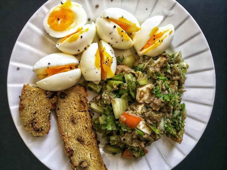 Uova sode con insalata, ricette con uova di pasqua avanzate