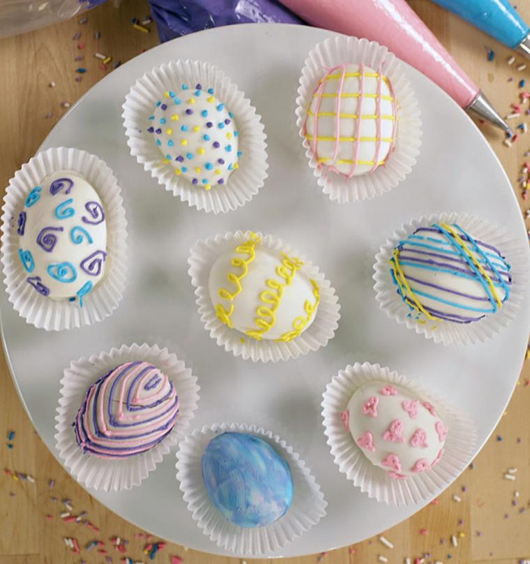 Uova di cioccolato dipinti, decorazione con panna colorata