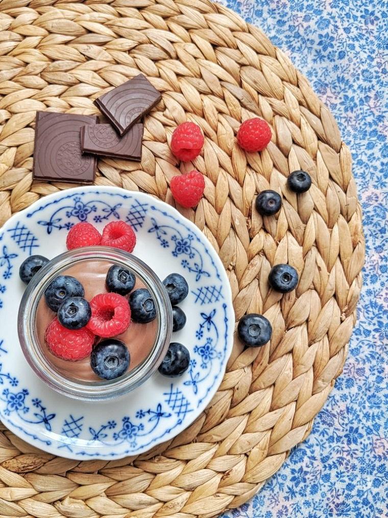 Come utilizzare il cioccolato rimasto delle uova di pasqua, mousse con frutti di bosco