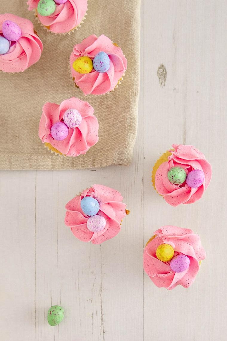 Muffin con panna rosa, muffin decorati con ovetti, ricette cioccolato al latte avanzato uova da scartare