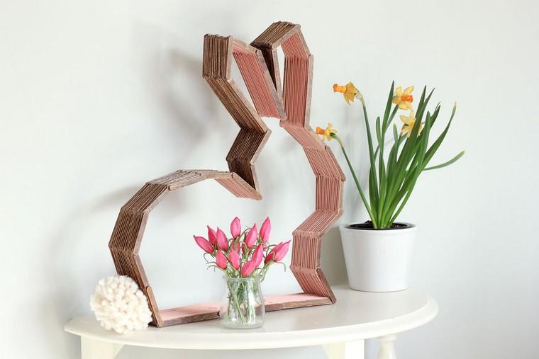 Addobbi pasquali, coniglio di metallo, vaso di fiori