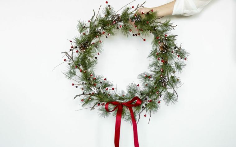 Lavoretti di Natale facili, corona con bacche, rametti verdi con bacche