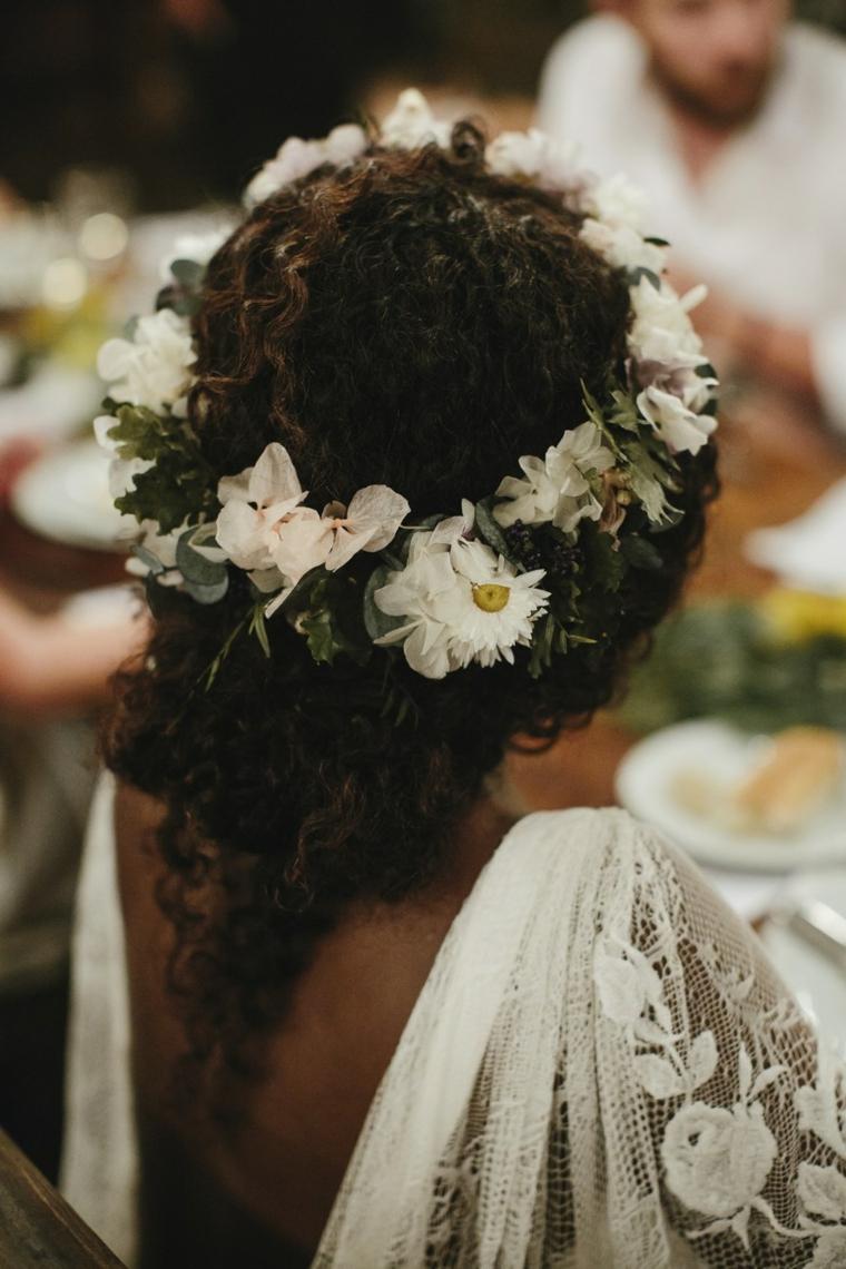 Pettinature semiraccolte per cerimonie, capelli ricci lunghi, cerchietto con fiori