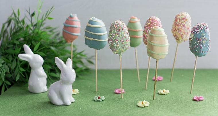 Decorazioni pasquali, coniglietti di porcellana, bastoncini con uova
