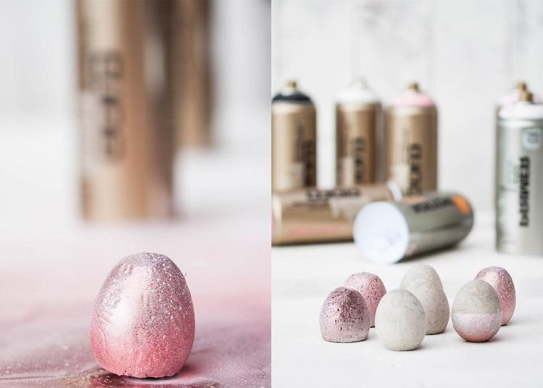 Uovo dipinto con vernice, bottiglie vernice spray, decorazioni pasquali fai da te